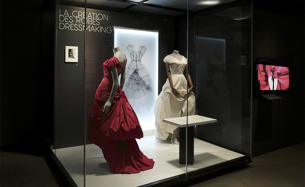 Folding workshop – Balenciaga, master of couture  – By McCord Museum